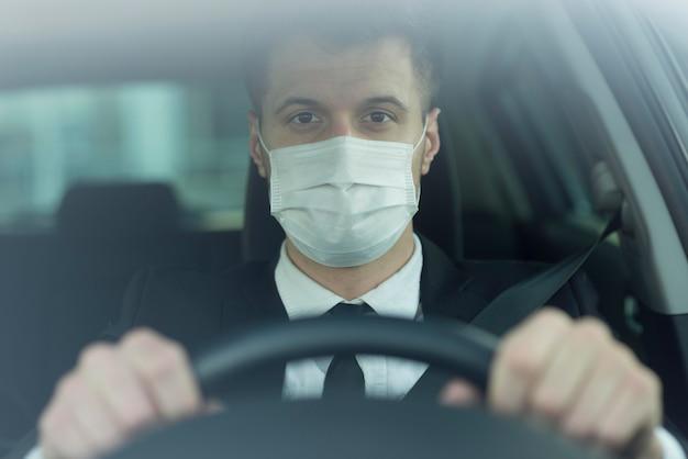 Hombre joven con máscara de conducción