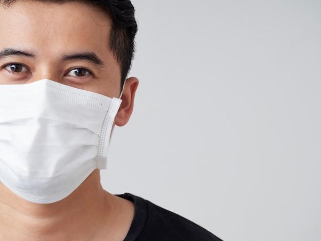Hombre joven en máscara médica protectora.