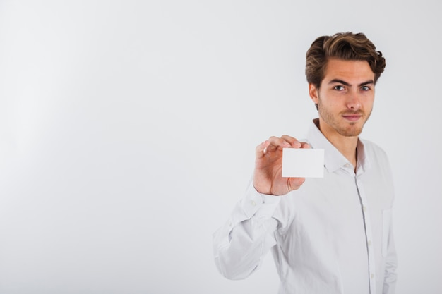Hombre joven mostrando su tarjeta de visita