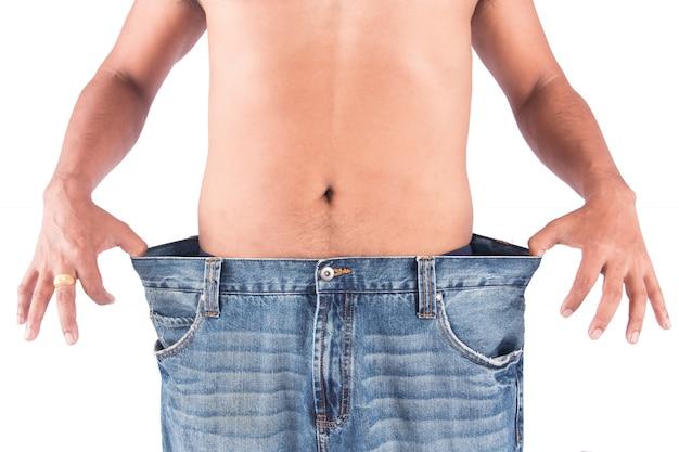 Hombre joven muestra el cuerpo después de la pérdida de peso