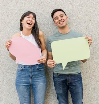 Hombre joven y mujer con burbujas de discurso