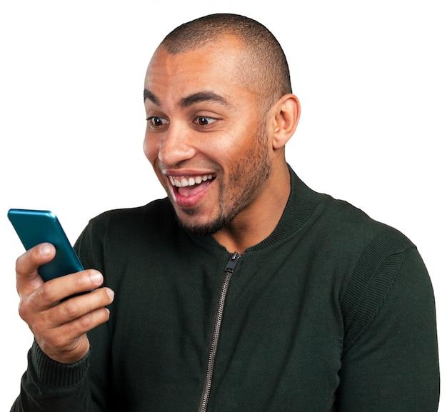 Hombre joven y negro gritando al celular.