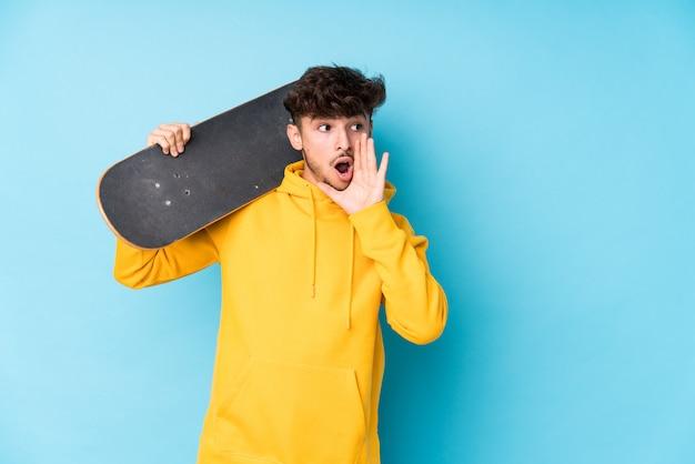 Hombre joven patinador árabe aislado está diciendo una noticia secreta de frenado en caliente y mirando a un lado