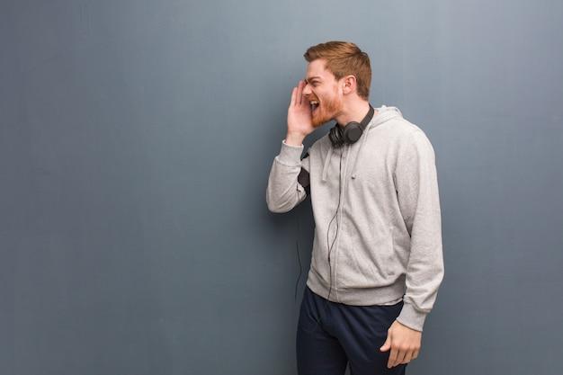 Hombre joven pelirrojo fitness susurrando matices de chismes