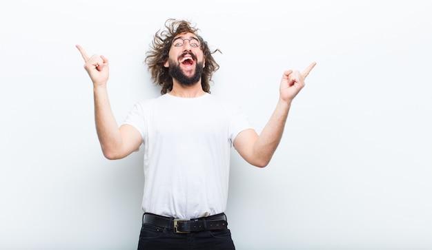 Hombre joven con el pelo loco en movimiento celebrando el éxito