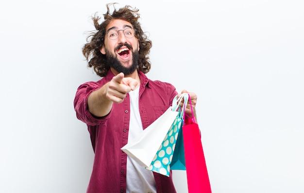 Hombre joven con el pelo loco en movimiento shoppimg