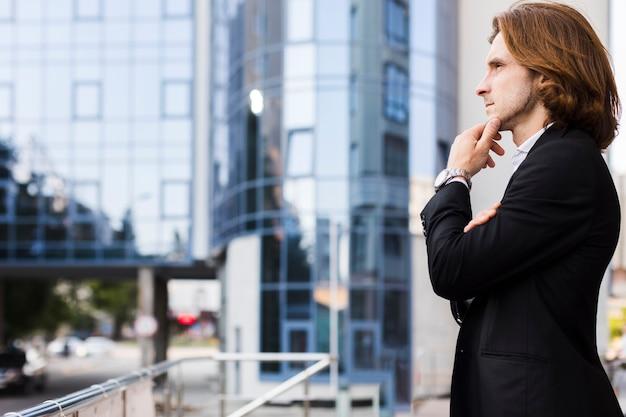 Hombre joven pensando al aire libre