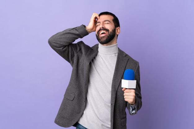 Hombre joven periodista aislado