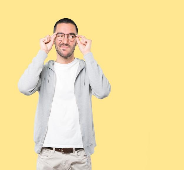 Hombre joven preocupado haciendo un gesto de duda