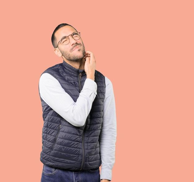 Hombre joven preocupado haciendo un gesto de rascarse