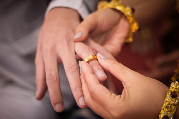 Hombre joven que da un anillo de compromiso a su novia en el día de san valentín