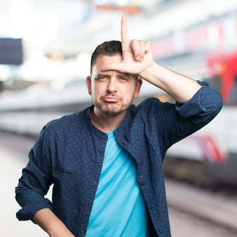 El hombre joven que llevaba un traje azul. haciendo el gesto más flojo.