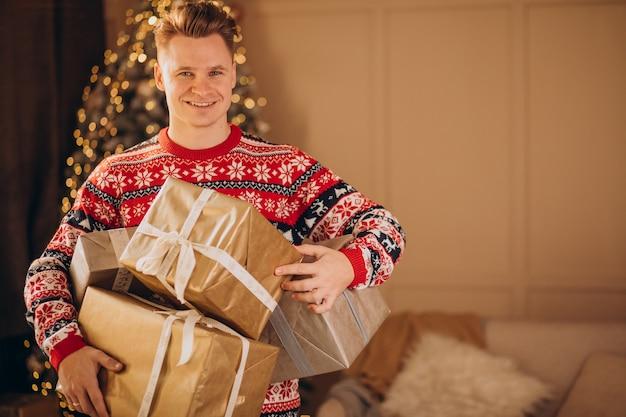 Hombre joven con regalos de navidad