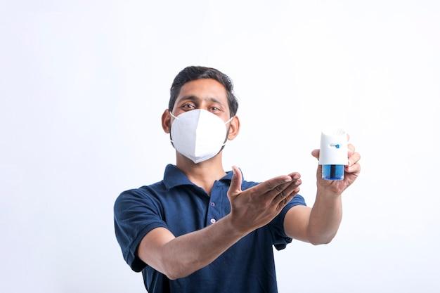 Hombre joven con repelente de mosquitos en la mano.