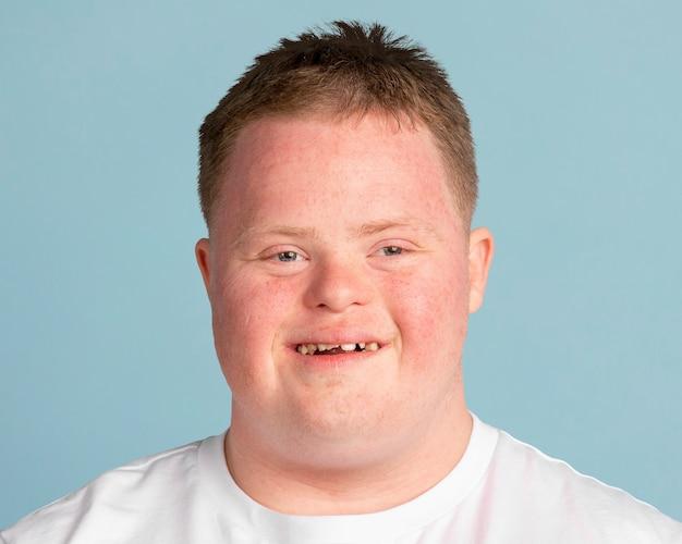 Hombre joven con síndrome de down, retrato de rostro sonriente
