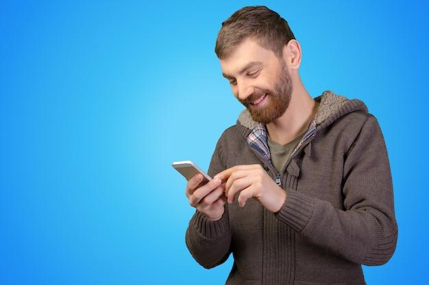 Hombre joven en smartphone
