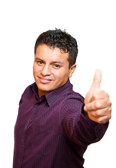 Hombre joven sonriente con los pulgares para arriba