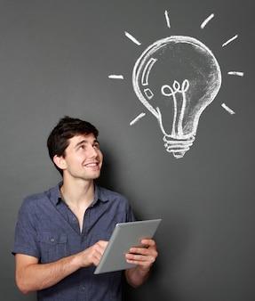 Hombre joven con tableta buscando algunas ideas