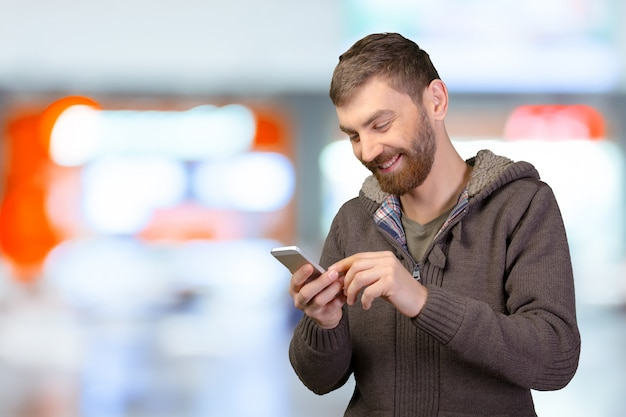 Hombre joven en teléfono inteligente
