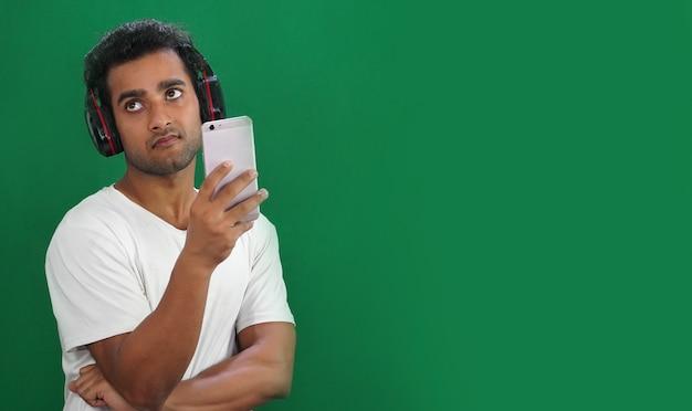Hombre joven con teléfono móvil pero no feliz