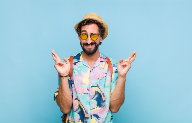 Hombre joven turista barbudo que se siente nervioso y esperanzado