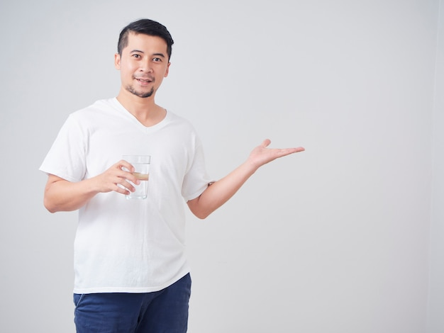 Hombre joven con vaso de agua.