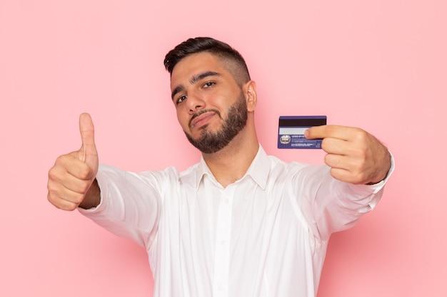 Un hombre joven de vista frontal en camisa blanca con tarjeta