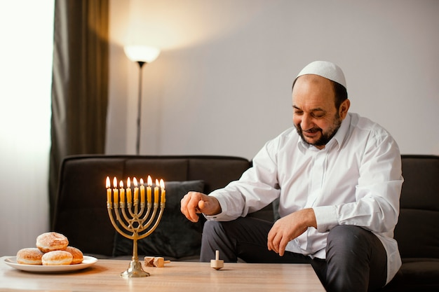Hombre judío celebrando un día santo
