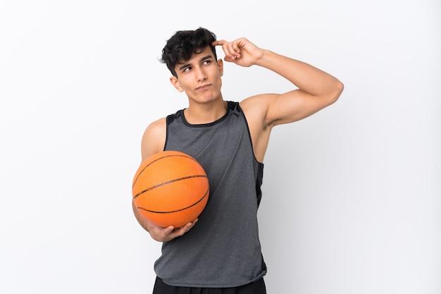 Hombre de jugador de baloncesto que tiene dudas y con expresión de la cara confusa