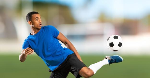 Hombre de jugador de fútbol americano africano al aire libre