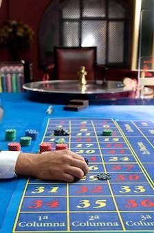 Hombre jugador en las mesas del casino