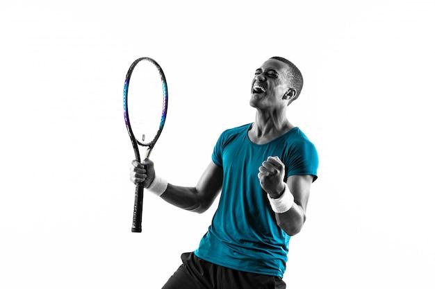 Hombre del jugador de tenis afroamericano sobre blanco aislado