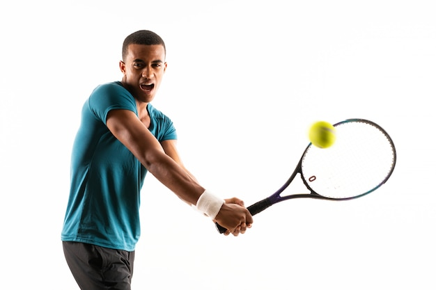 Hombre de jugador de tenis afroamericano sobre pared blanca aislada