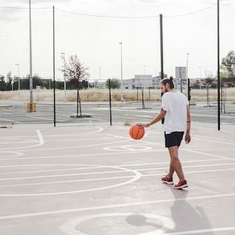 Hombre jugando al baloncesto