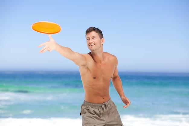 Hombre jugando frisbee