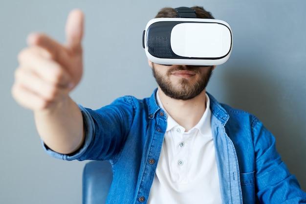 Hombre jugando juego de realidad virtual