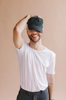 Hombre juguetón con una camiseta blanca