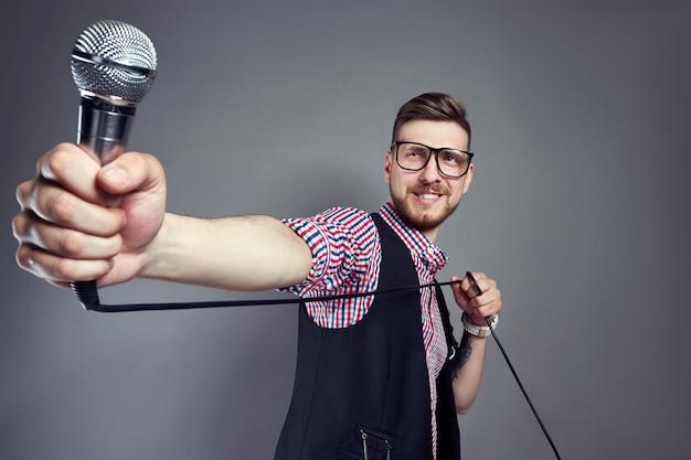 Hombre de karaoke canta la canción al micrófono, cantante.