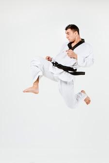 El hombre de karate con cinturón negro