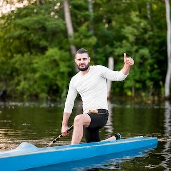 Hombre en kayak mostrando aprobación