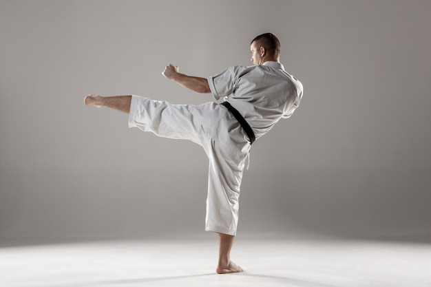 Hombre en kimono blanco entrenando karate