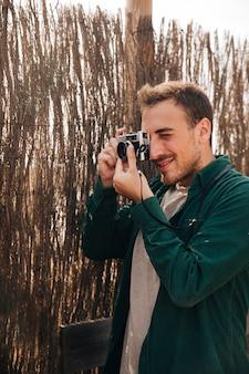 Hombre de lado tomando fotos