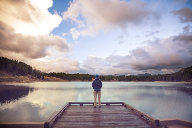 Hombre en el lago de las montañas