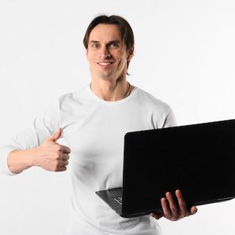 Hombre con laptop mostrando signo ok