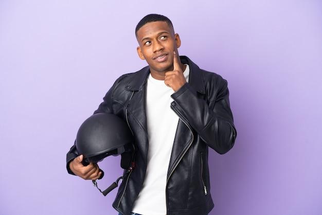 Hombre latino con un casco de moto aislado