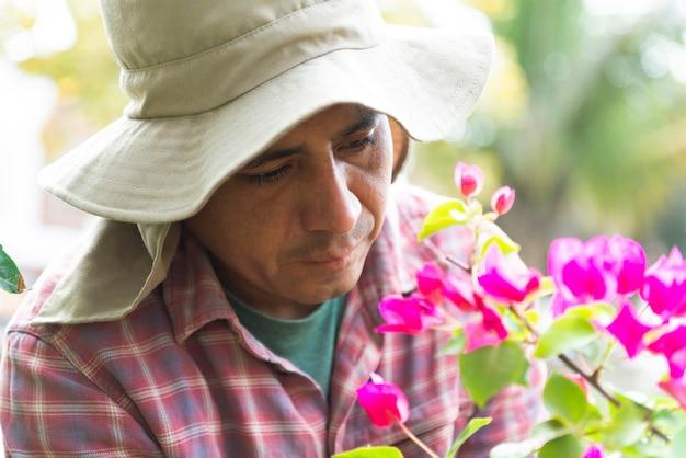 Hombre latino jardinero al aire libre en casa