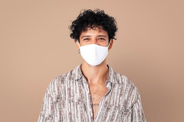 Hombre latino con mascarilla en la nueva normalidad