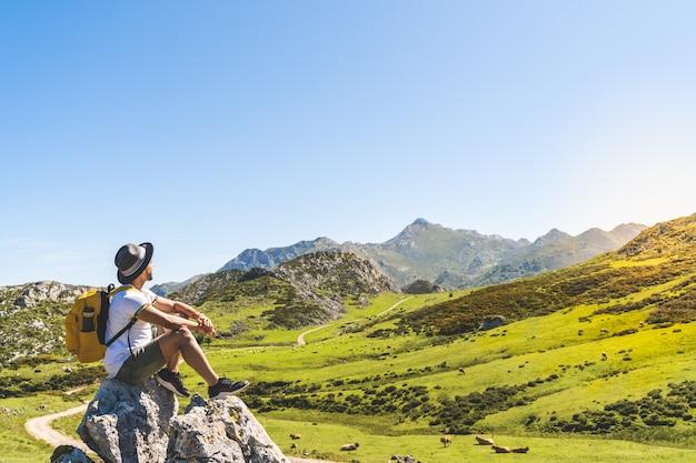 Hombre latinoamericano disfrutando de las vistas de la naturaleza