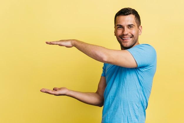 Hombre levantando los brazos junto a él