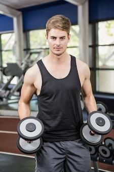 Hombre levantando pesas pesadas